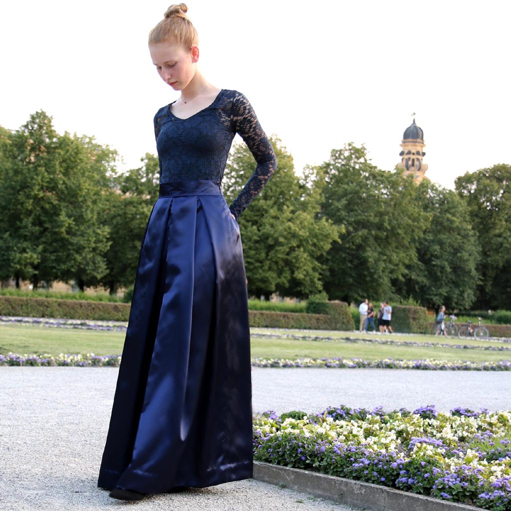 nachtblaues zweiteiliges Abendkleid mit langem Faltenrock und blauem Spitzenoberteil. Abendkleid aus München. Schlichte schöne Lieblingskleider von ma-eins