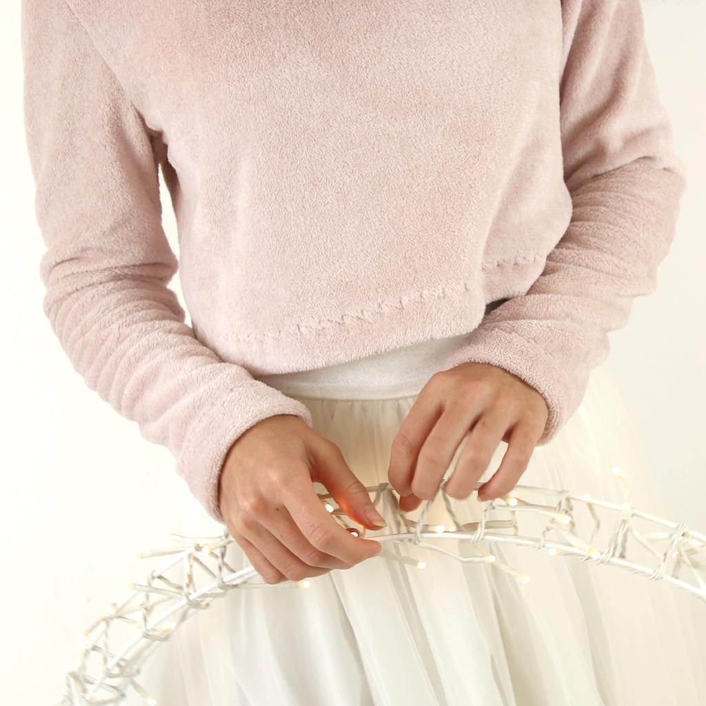 ein zweiteiliges Hochzeitskleid mit kuscheligen Braut Oberteil für die Winterhochzeit 2020. Schlichte und puristische Hochzeitskleider aus München vom Label ma-eins