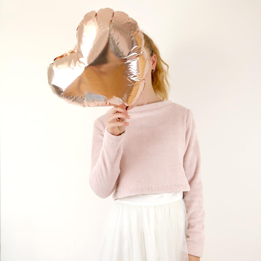 rosafarbener Brautpullover für die Winterhochzeit. Brautzweiteiler mit Tüllrock und puristischem Brautpulli in blush. Brautmode münchen 2020