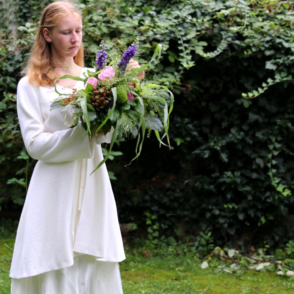 Brautmantel für die winterhochzeit. Brautmodenlabel ma-eins fertigt natürliche und schlichte Hochzeitskleider in München.