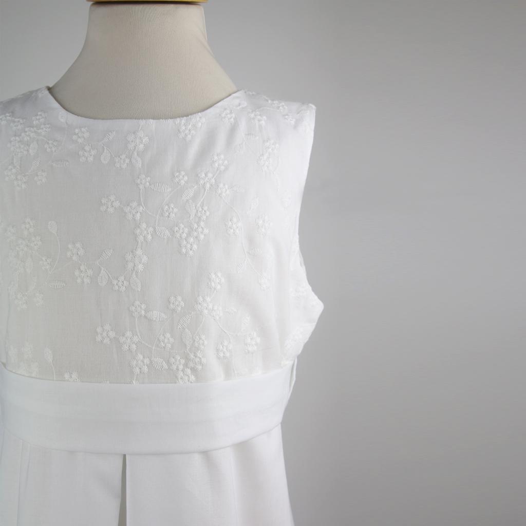 feine Baumwollstickerei im Oberteil für das Erstkommunionskleid Maria. natürliche weiße Mädchenkleider aus München.