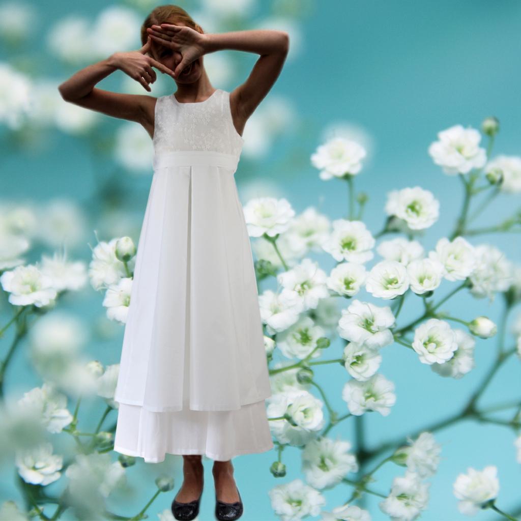 Ein langes weißes Mädchenkleid aus Baumwolle für die Kommunion. Schlichte und besondere Kommunionkleider aus München