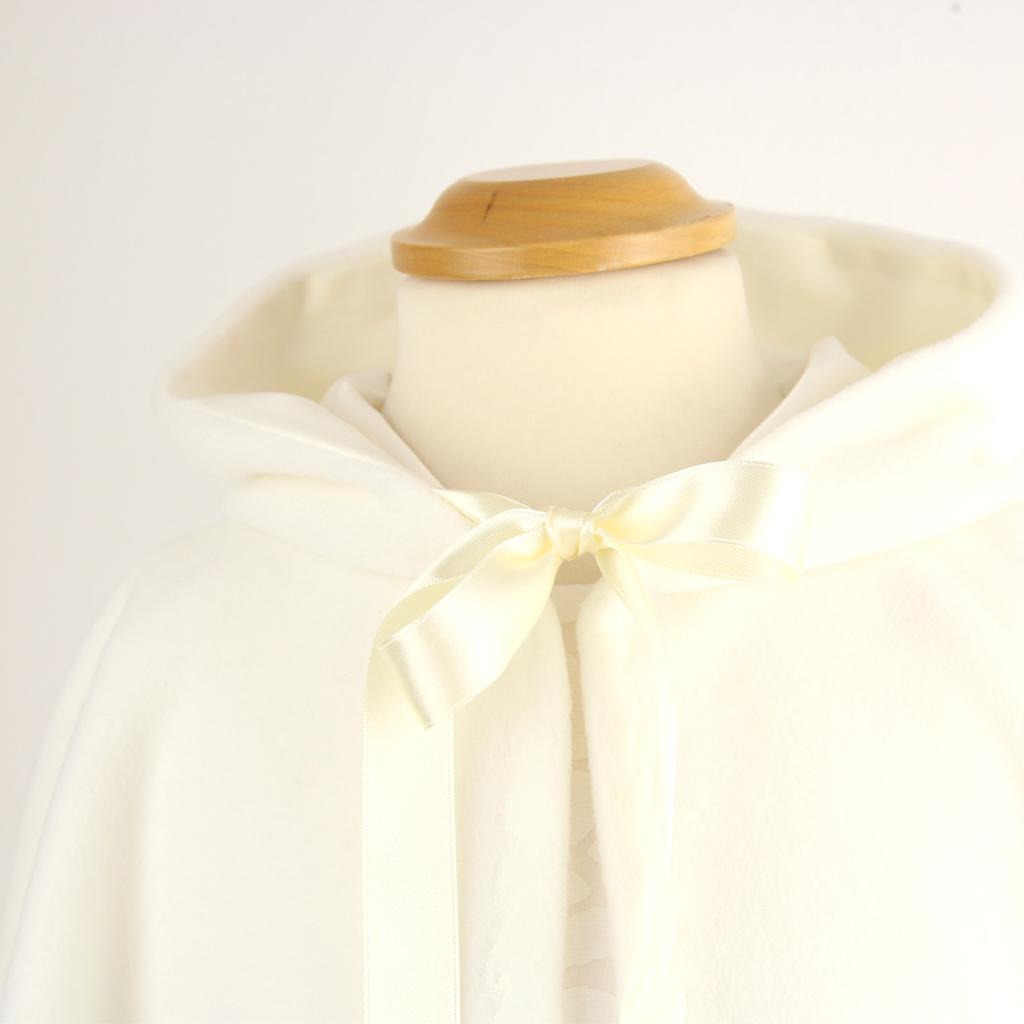 flauschiges Cape für den Winter oder die Winterhochzeit. Münchener Label ma-eins fertigt besondere Kleider