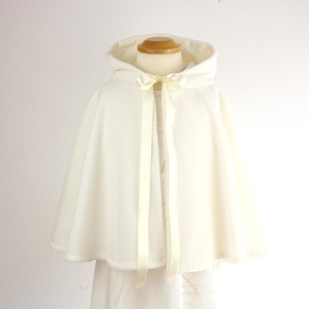 Brautcape mit persönlicher Anfertigung für deine Winterhochzeit.