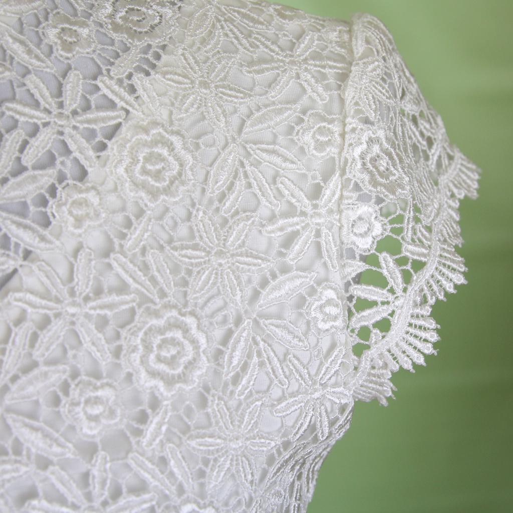 schönes Hochzeitsoberteil aus Blütenspitze nach Wunsch gefertigt. schlichte Brautkleider und Braut Zweiteiler aus München.