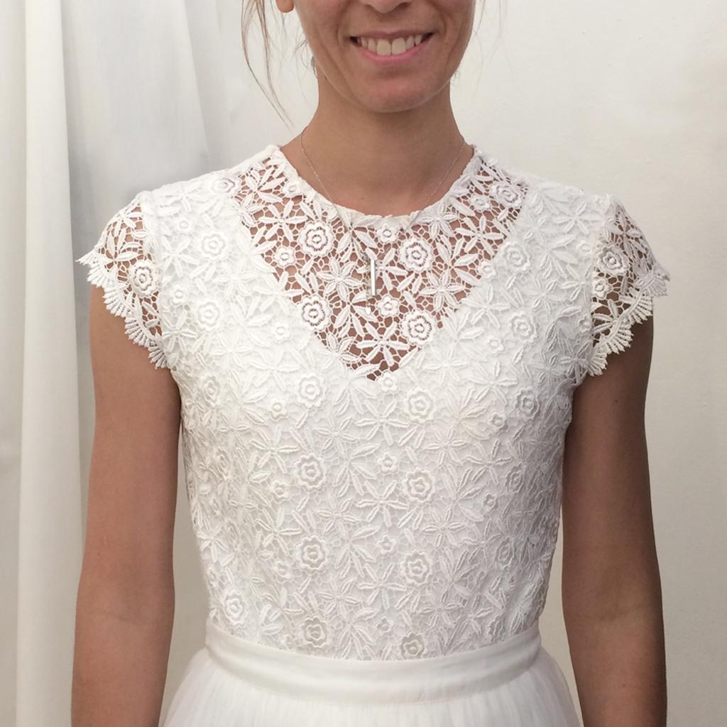 Hochzeitskleider nach Wunsch mit schöner Spitze und Rückenfrei aus München. Das Label ma-eins fertigt schöne schlichte Brautzweiteiler und natürliche Hochzeitskleider an.