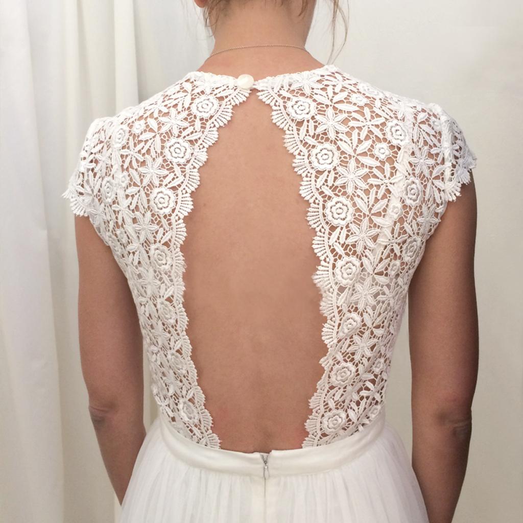 Rückenfreies Brautoberteil zu einem zweiteiligen Hochzeitskleid, aus wunderschöner schwerer Spitze. Brautzweiteiler nach Wunsch in München angefertigt.