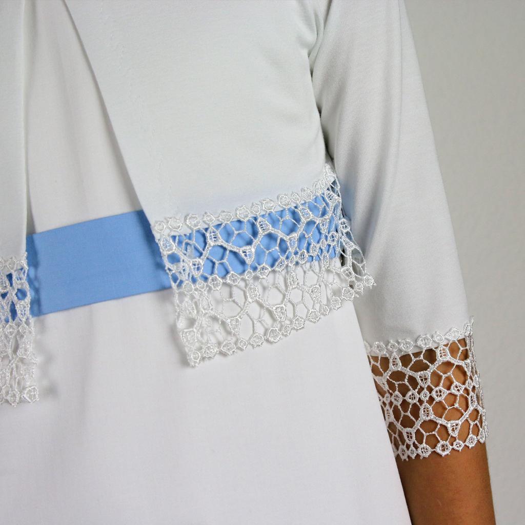 Eine festliche kleine weiße Mädchenjacke für die Kommunion. Elegante und schlichte Kommunionmode aus München