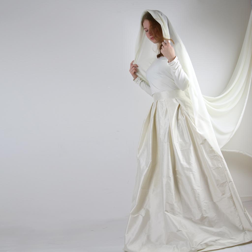 Das Label ma-eins aus München fertigt wunderschöne individuelle Brautkleider und zweiteilige Hochzeitskleider ganz individuell an.