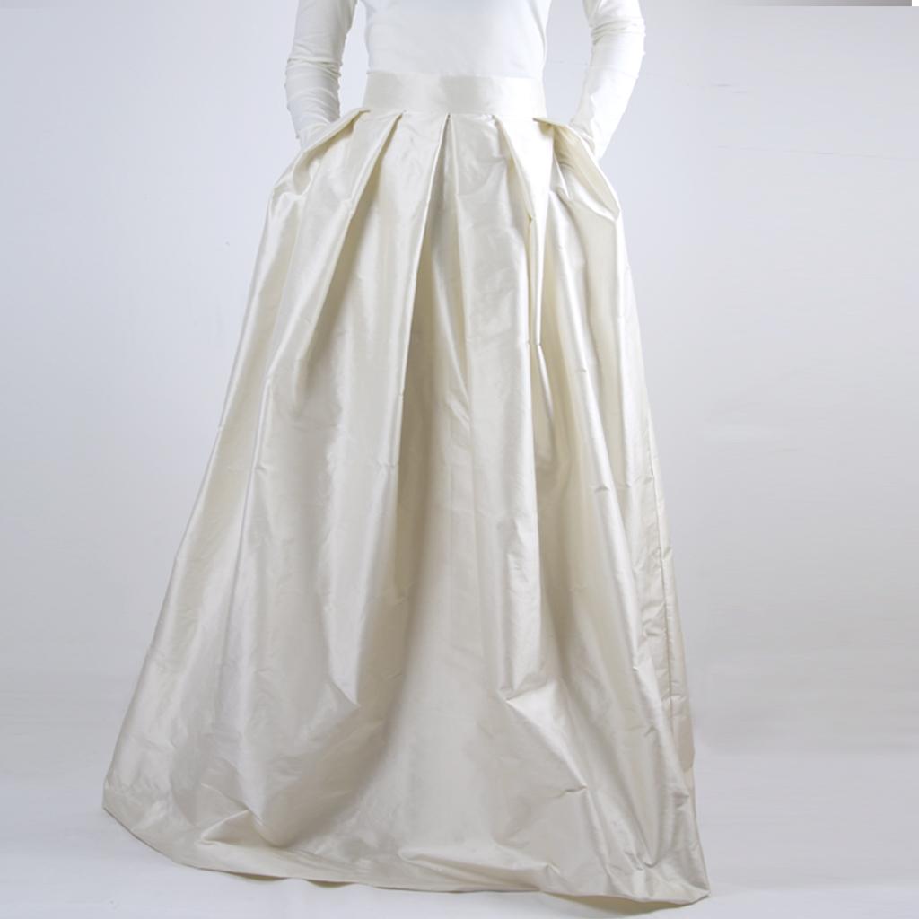lässiges Brautkleid aus Seide mit Taschen und als Brautzweiteiler individuell kombinierbar. Brautmode in Bayern für die moderne Braut.