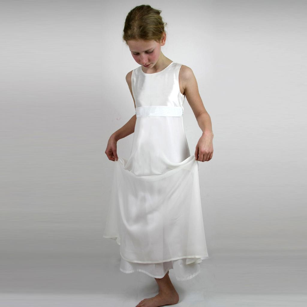 schönes schlichte Seidenkleid für die Kommunion2020. Kommunionkleider aus München vom Label ma-eins.