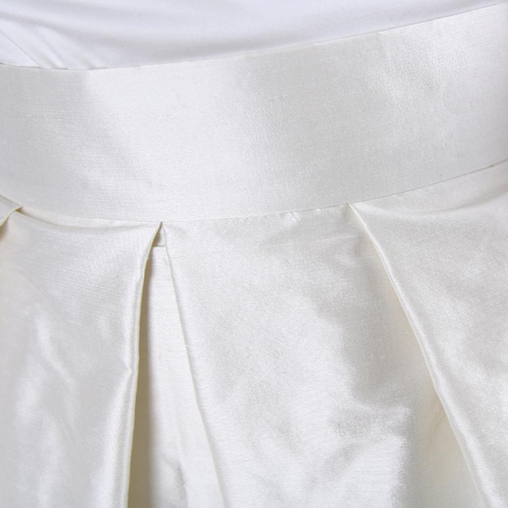 Das natürliche Brautkleid aus Seide kann nach der Hochzeit gefärbt oder umgearbeitet werden, das nachhaltige Hochzeitskleid aus München.