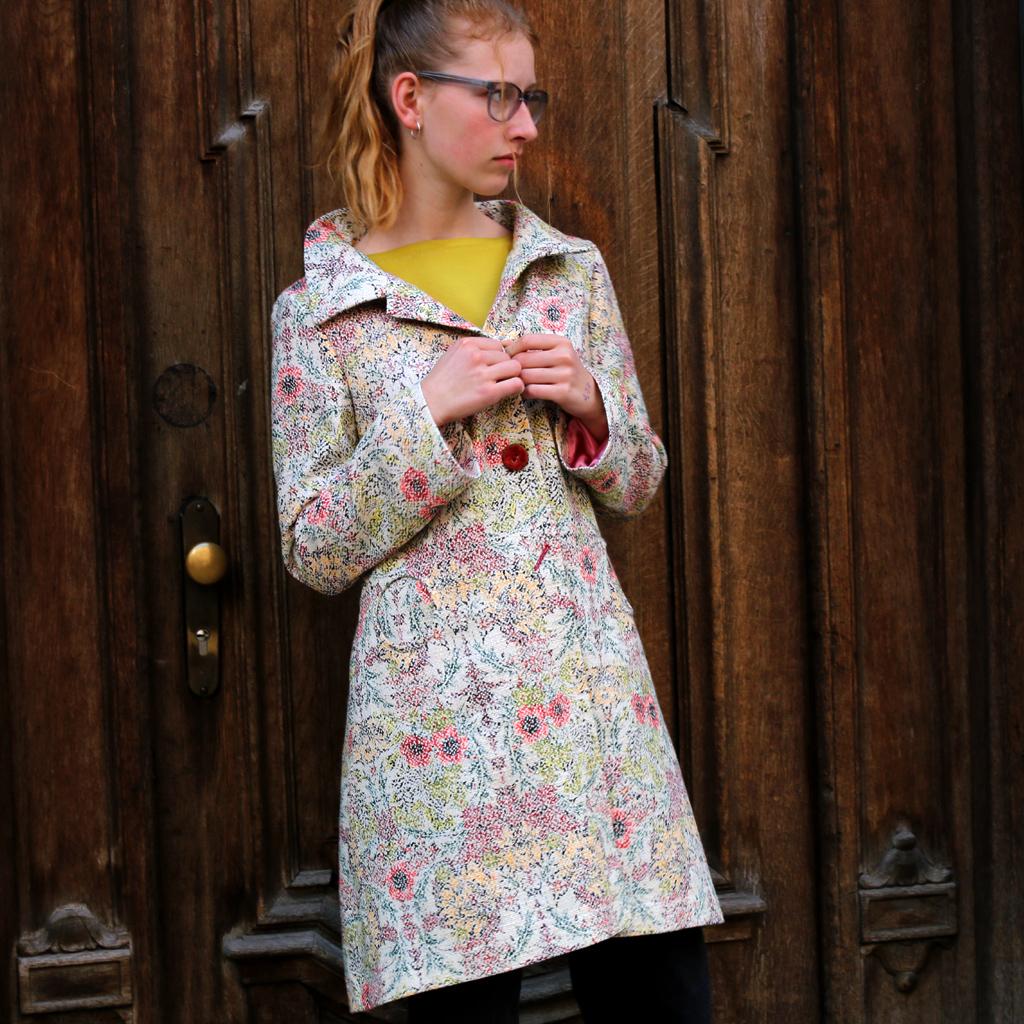 leichter Sommermantel aus Baumwolle. Mit klassischem Schnitt und schönem Bütenprintdesign. In München für Euch angefertigt.