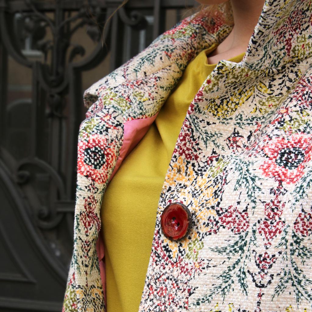 große rote Mantelknöpfe und Handknopflöcher machen den Mantel zu einem Unikatmantel aus München.