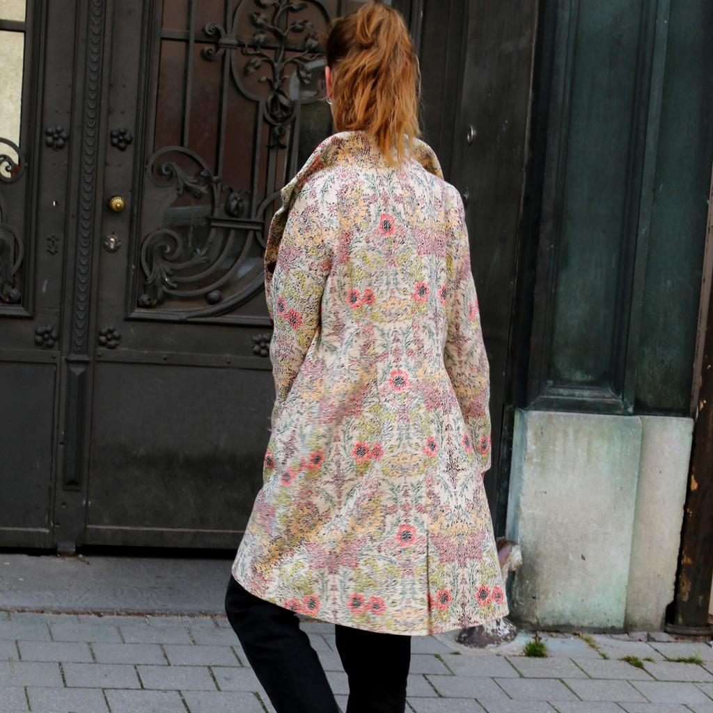 langer Blumen Mantel in schöner Qualität. Slowfashion aus München.