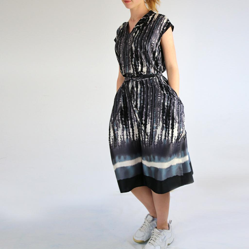 leichtes Sommerkleid mit auffälligem Druck. In München im Atelier in Größe 40/42