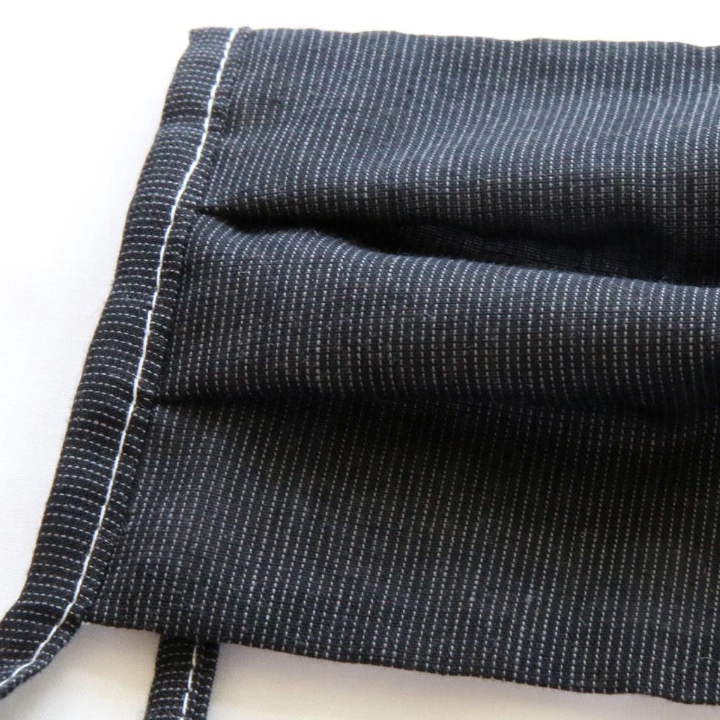 Dezente Masken in grau, schwarz und weiß fertige ich aus reiner Baumwolle in drei Lagen an. Sie sind zum binden oder mit Gummi.