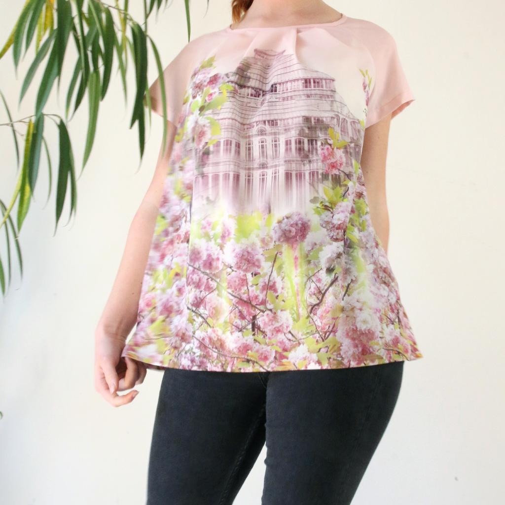 luftig leichte Sommerbluse, im wunderschönen Design. Das Label ma-eins in München fertigt neben Brautkleidern und Hochzeitskleider auch Unikatmode an.