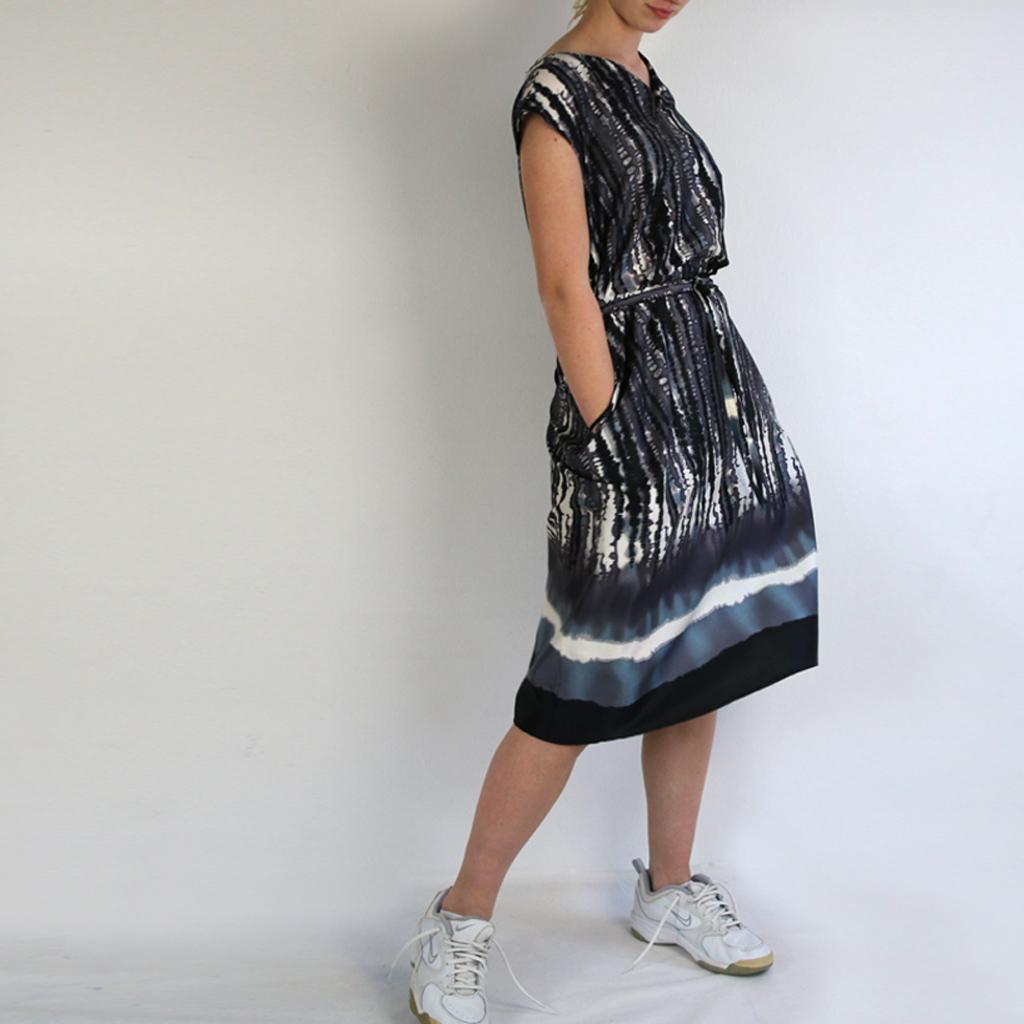 leichtes luftiges Sommerkleid in einem interessanten Stoffdesign. In München angefertigt und deutschlandweit versendet.