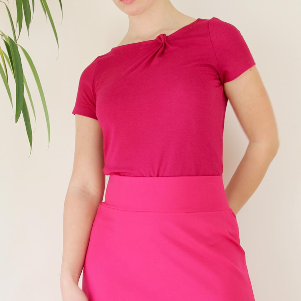 leuchtendes Color blocking für den Sommer. Ein weiches Jerseyshirt und dem pinkfarbenen Sommerrock. Slowfashion aus München.