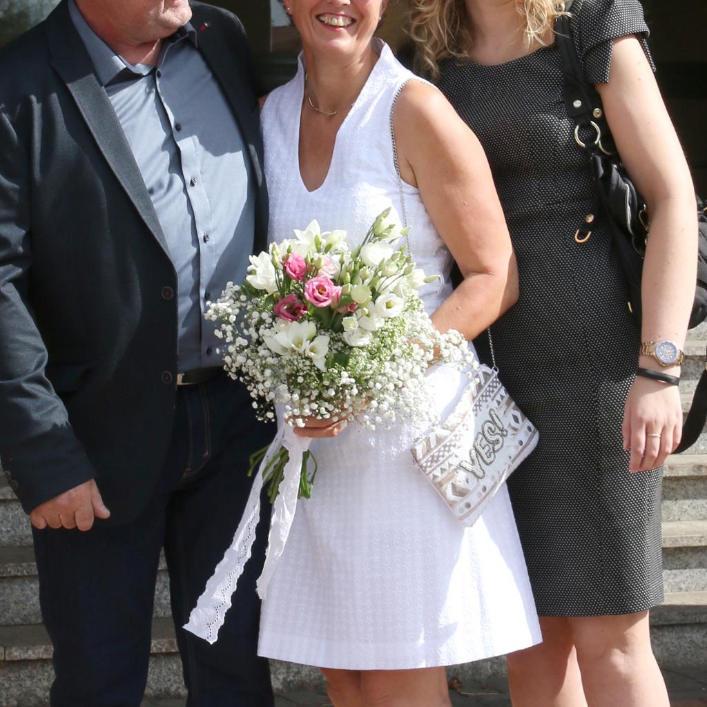 kurzes Standesamtkleid mit besonderem Kragen für eine legere Hochzeit in weißem Blütenstoff. München Brautatelier ma-eins