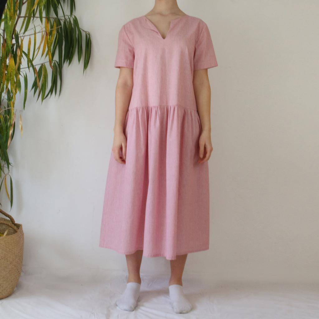 luftiges Sommerkleid aus Baumwolle in gestreiften rot weiß. In München produziert.