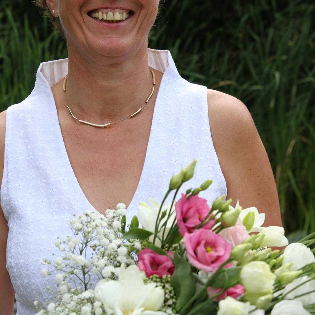Der hohe Kelchkragen wirkt elegant, das Sommerkleid als Hochzeitskleid für das Standesamt. Das Label ma-ein aus München fertigt individuelle Brautkleider.