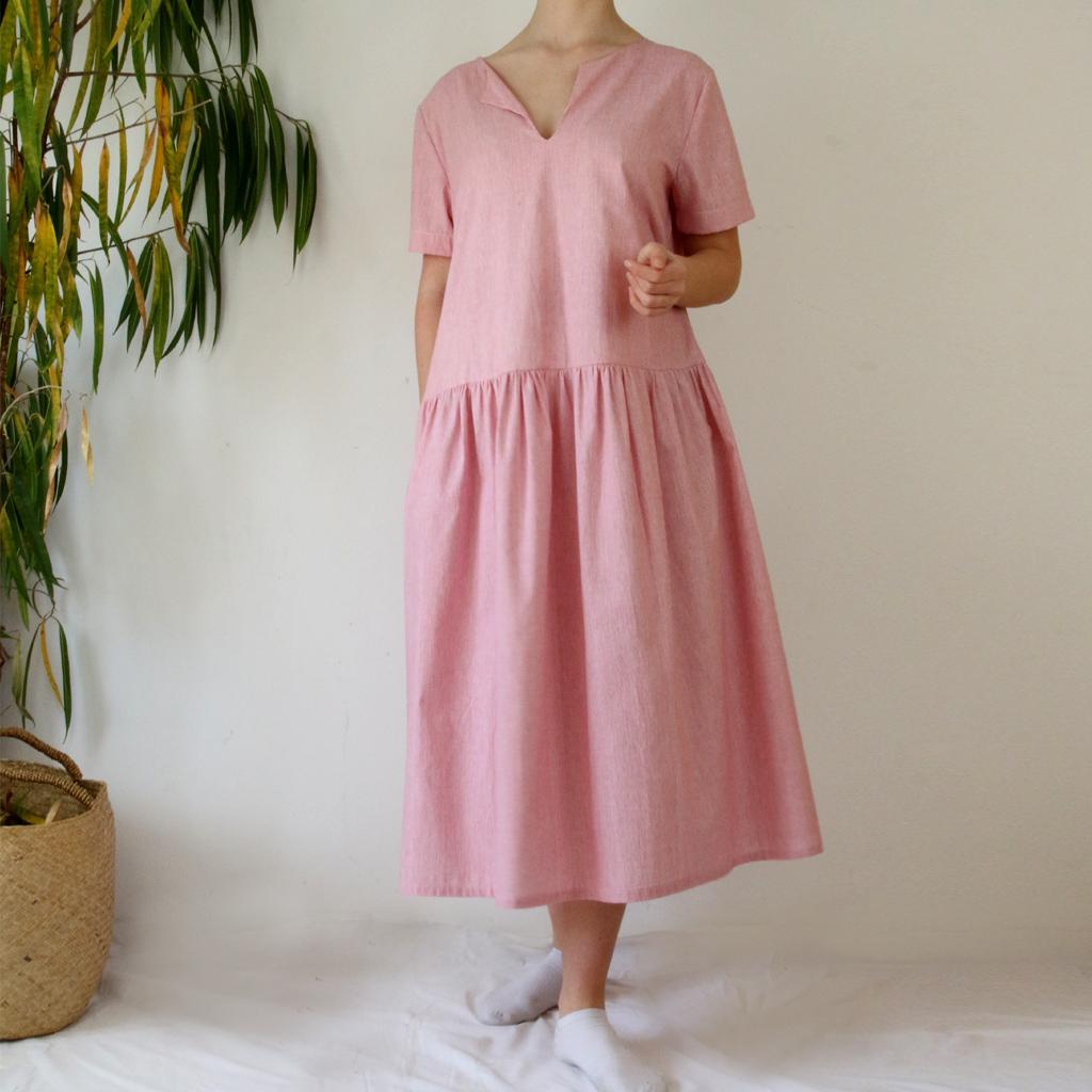 leichtes Sommerkleid gefertigt in München. Für unterschiedliche Figurtypen ideal. Aus Baumwolle  in einer Midilänge