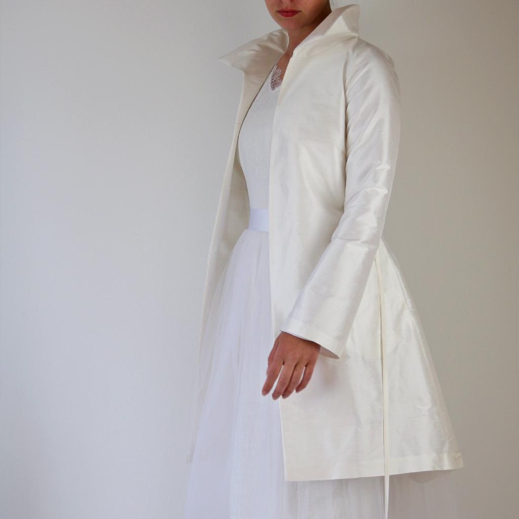 Brautmantel im eleganten Look für Herbsthochzeiten und Winterhochzeiten eine schöne Ergänzung zum Brautkleid. Slowfashion aus München.