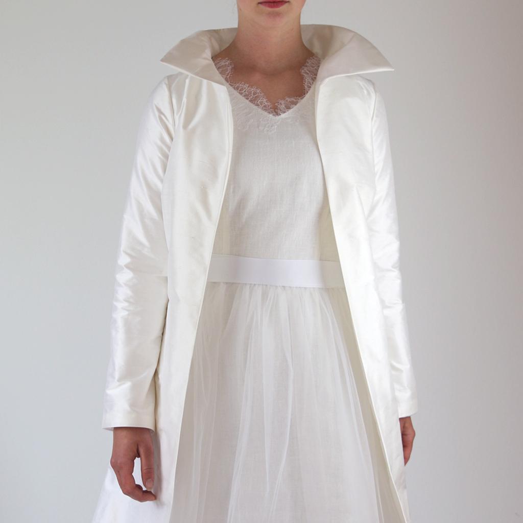 Ein weißer Mantel zur Hochzeit ist gerade für eine Standesamthochzeit ideal. Brautkleideratelier in München fertigt in Handarbeit deinen individuellen Mantel an.