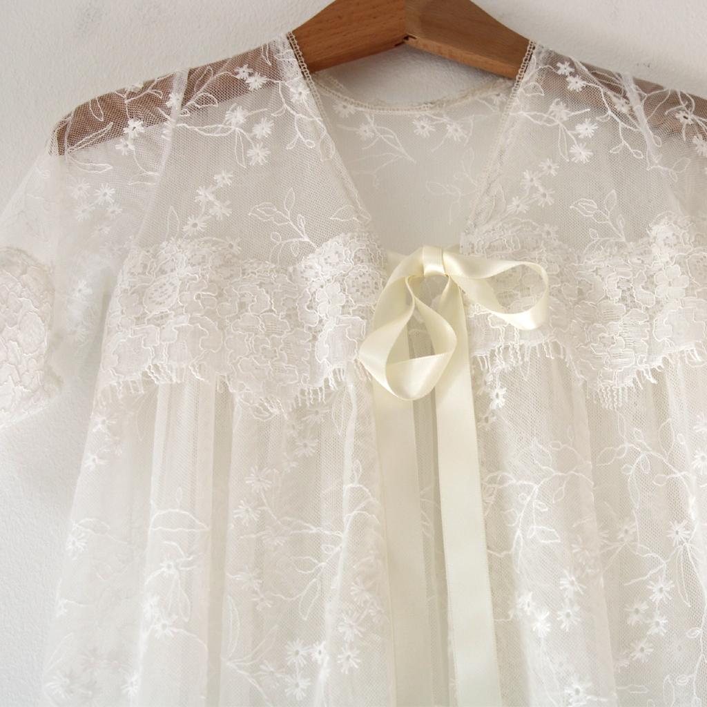 Taufkleider in München bestellen und kaufen oder eigene Wunschtaufkleider im Atelier ma-eins anfertigen lassen.