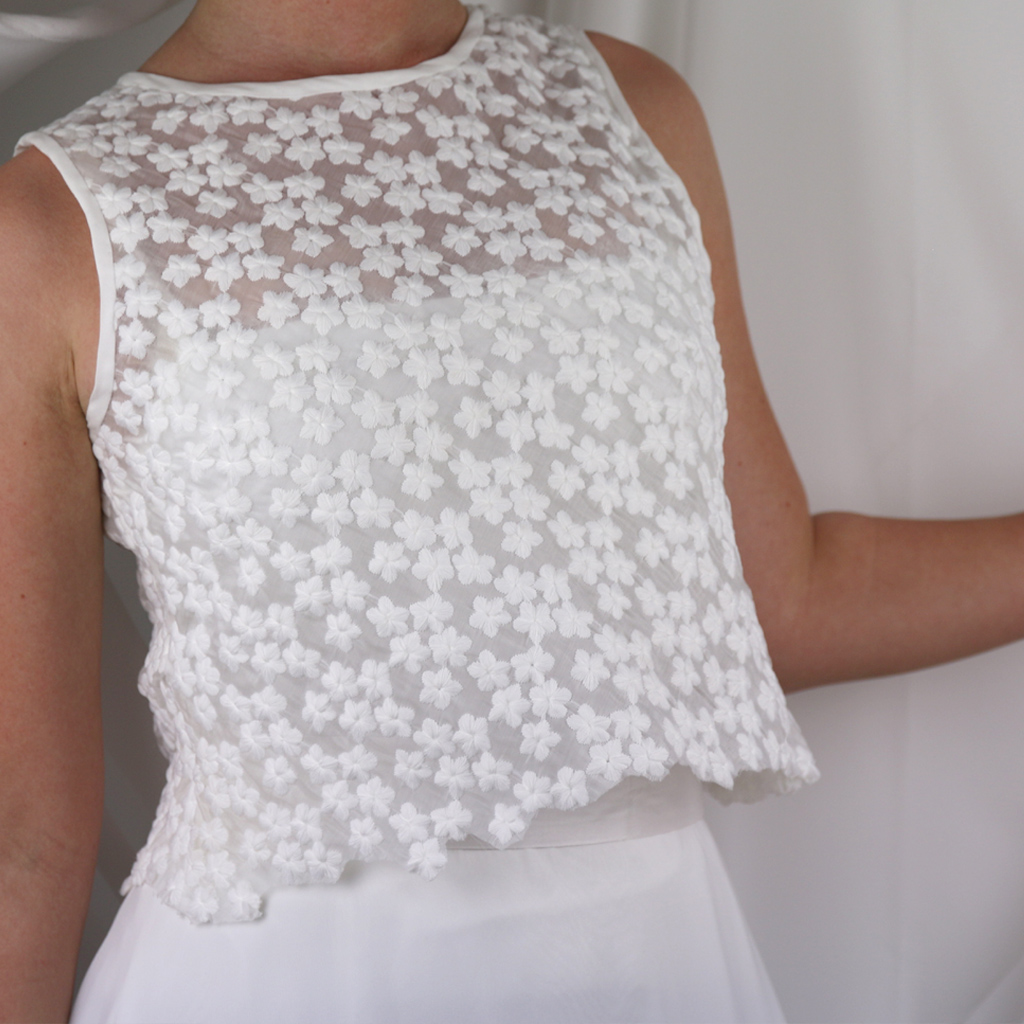 Brautoberteil aus besonderen Blümchenstoff. Für Brautzweiteiler und schöne Sommertage. Das Label ma-eins fertigt zweiteilige Brautkleider in München an.