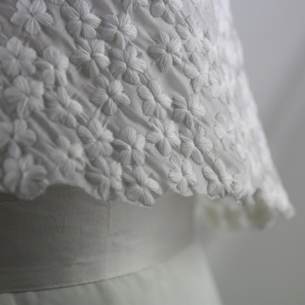 Hochzeitsoberteil mit hübschen Blüten auf zartem Stoff. zweiteilige Hochzeitskleider aus München