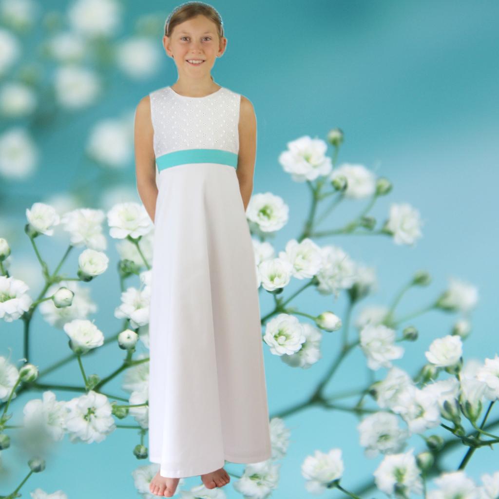neues Kommunionkleid aus München mit feiner Baumwollstickerei. d Das Label ma-eins fertigt schlichte und natürliche Kommunionkleider an.