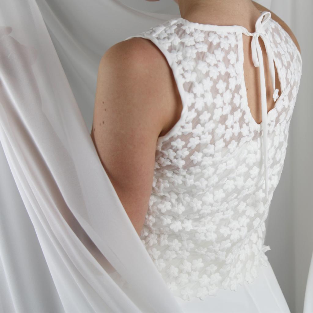 Tiefer Rückenausschnitt bei dem Brautoberteil. zweiteilige Hochzeitskleider in München individuell angefertigt.