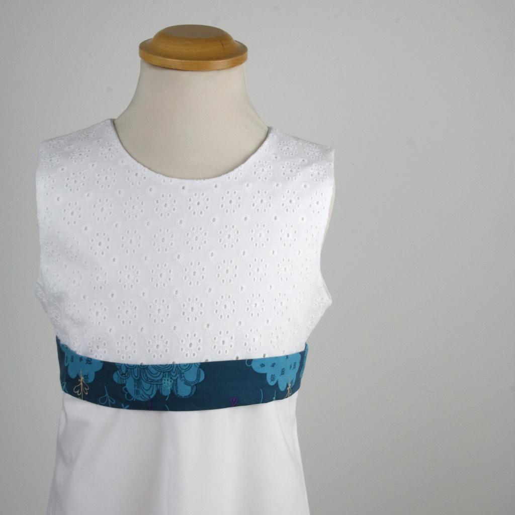 ein weißes Sommerkleid mit fröhlichem Gürtel auch für die Kommunion mit weißem Gürtel möglich.