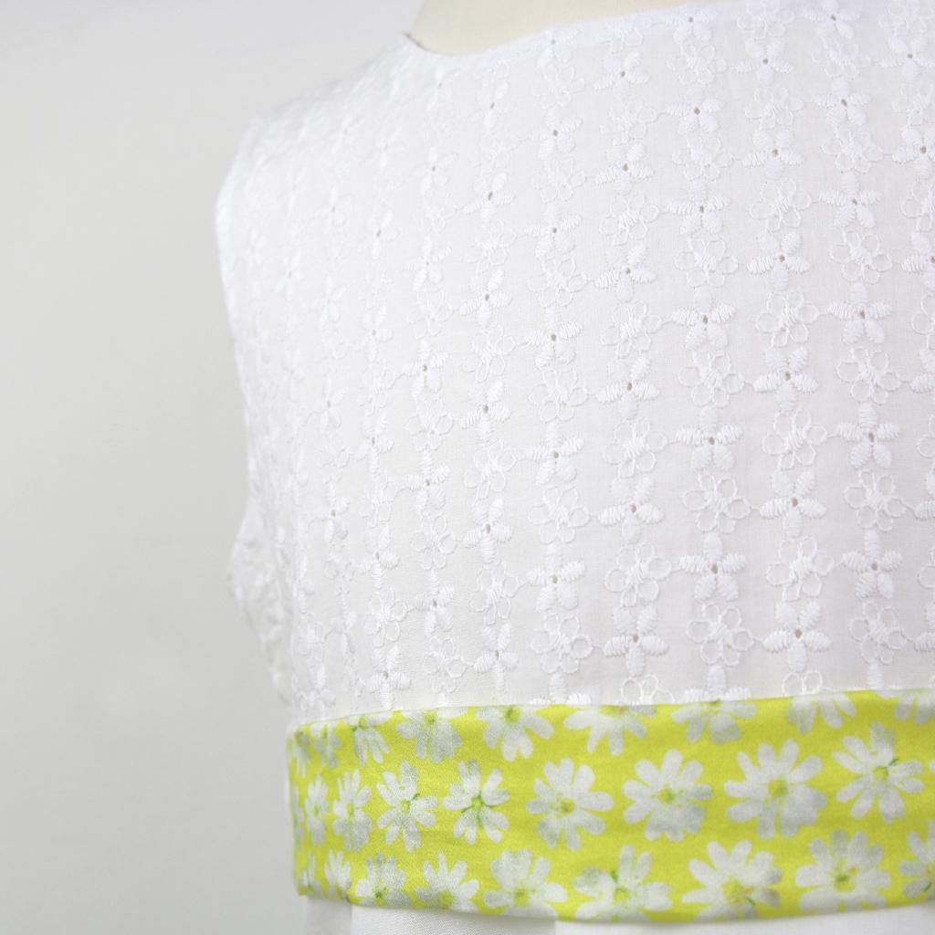Farbige Akzente im weißen Kommunionskleid. Lange weiße schlichte Erstkommunionskleider aus München im Atelier ma-eins angefertigt.