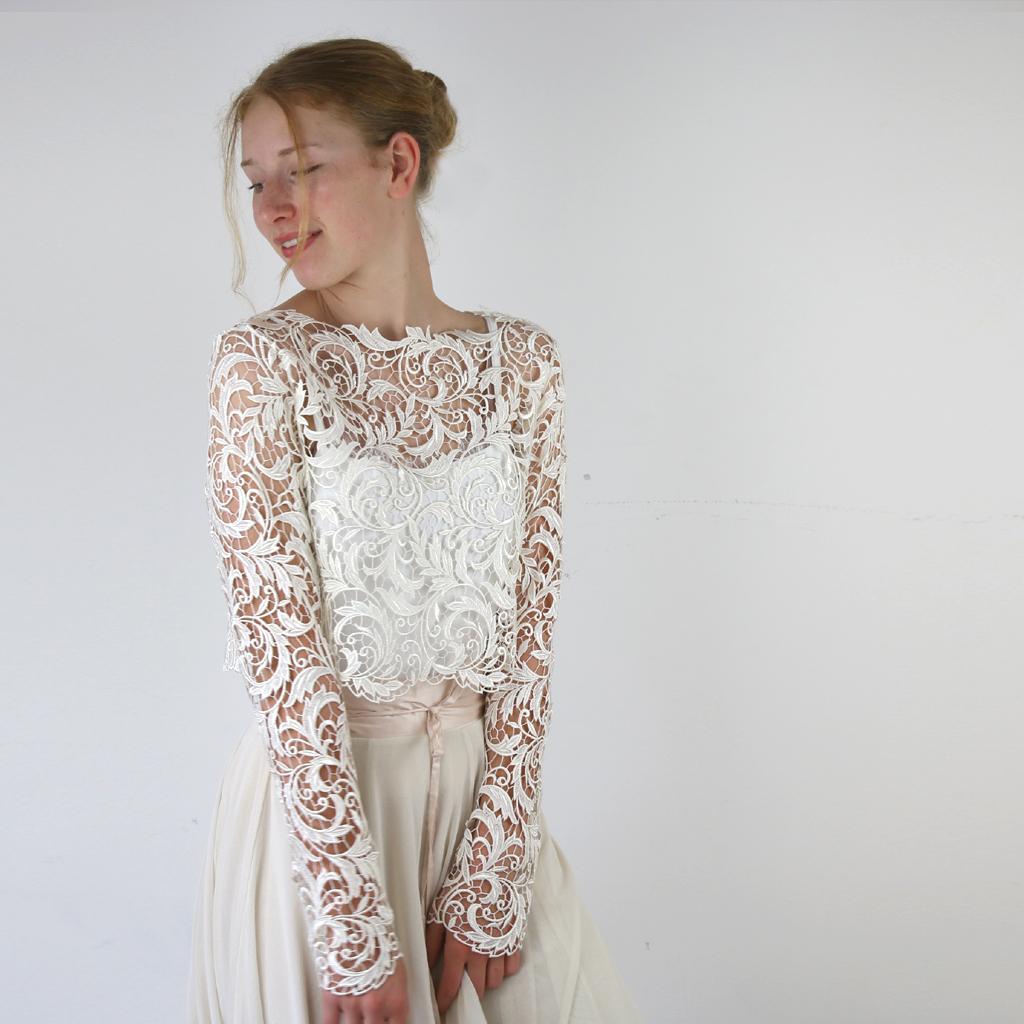 Spitzenoberteil für das zweiteilige Standesamtkleid. Brautkleider aus München.