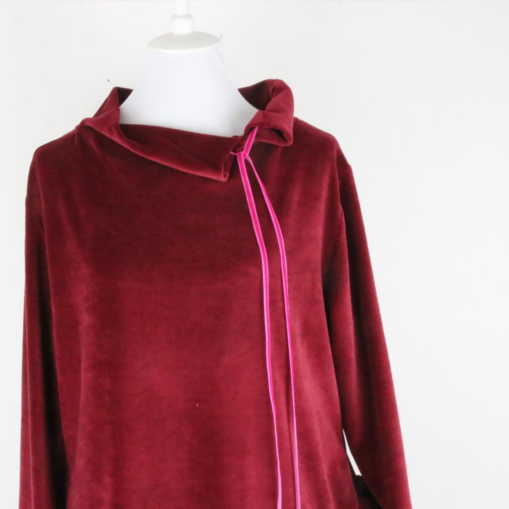 rotes Wohlfühlkleid aus weichem Nikistoff. Das Label ma-eins produziert faire Kleider in München in der Isarvorstadt