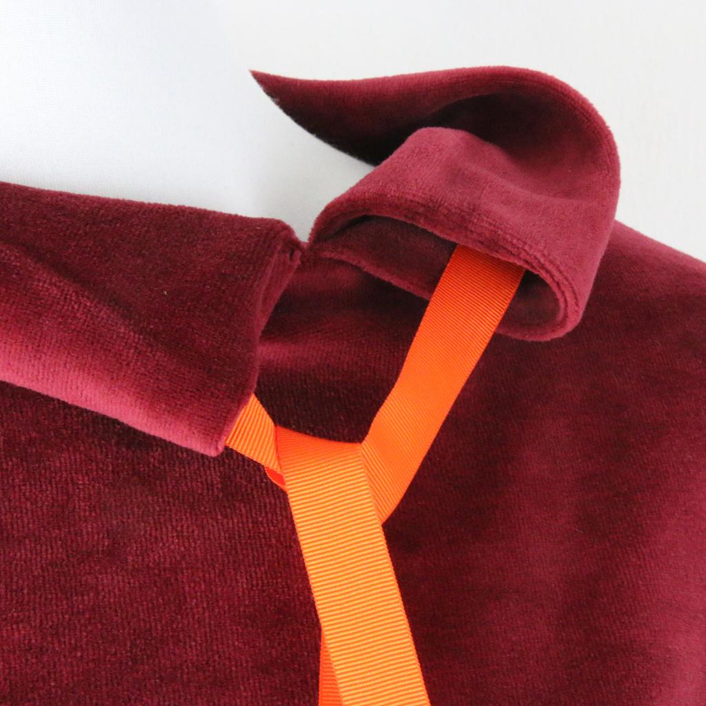 Das besondere Winterkleid hat ein schönes Detail. Es können im Kragen verschiedene Bänder eigezogen werden.