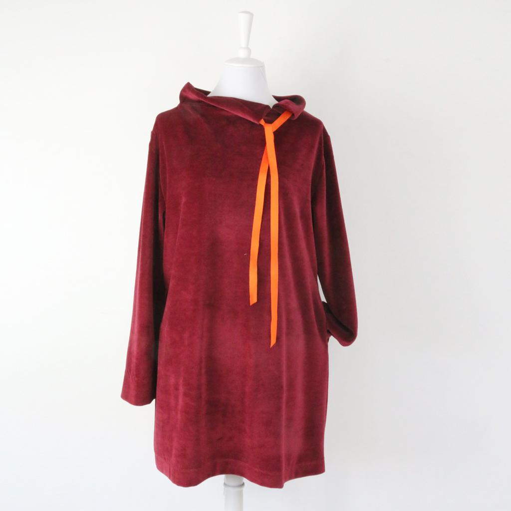 Kuschlekleid aus Nikistoff. Ein unkompliziertes Winterkleid. Im Atelier in München, hängen verschiedene Modelle für Euch zur Anprobe.