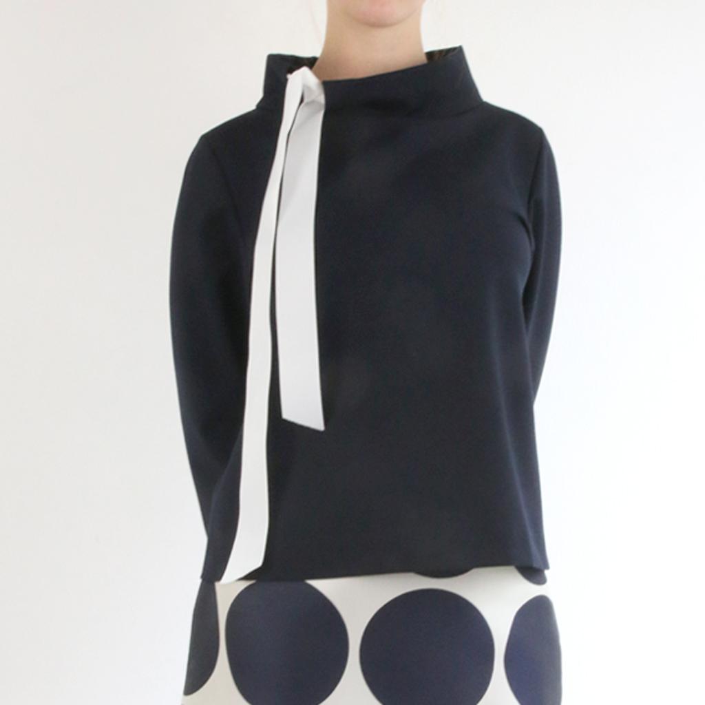Ein eleganter Pullover mit Schleife. Besondere Details im Kragen und individuelle Accessoires. Mode München Atelier ma-eins