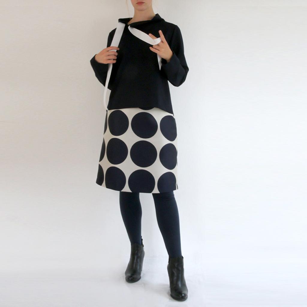 dunkler gerader unkomplizierter Pullover mit dem besonderen Detail. Fair hergestellt im Münchener Atelier ma-eins