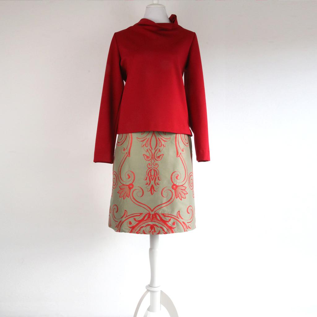 Seidenrock mit rotem Ornament Muster. Anfertigung in München. Fairfashion aus dem ma-eins Atelier. Localbrand