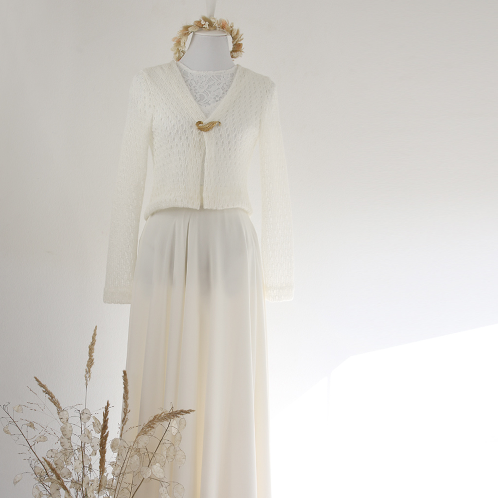 kleine Brautjacke für die Winterhochzeit. In München fair und individuell hergestellt