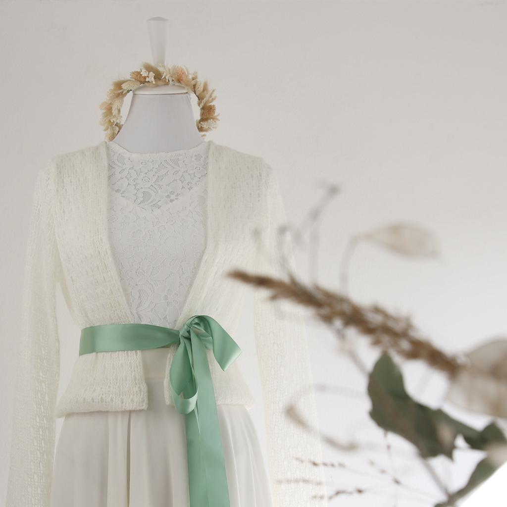Eine gestrickte leichte Brautjacke in ivory, die zu vielen Brautkleidern perfekt passt. Im Atelier ma-eins in München für dich angefertigt.