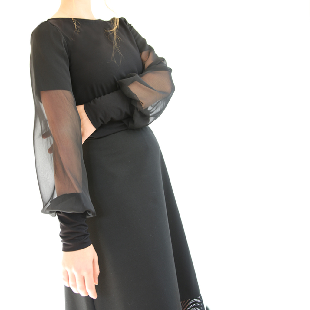 schwarze Bluse mit Chiffonärmel aus München. Atelier ma-eins fertigt besondere Kleider