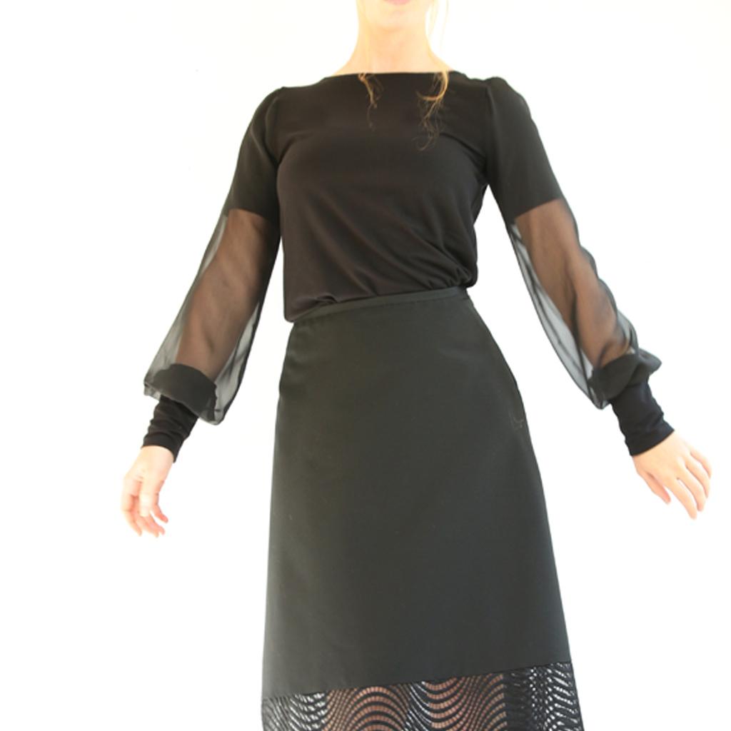 raffinierter Look eine schwarze Bluse mit besonderem Chiffon Detail. Anfertigung im Atelier ma-eins in München