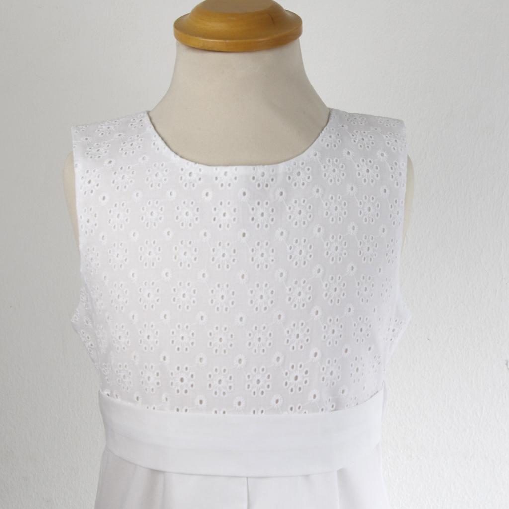 Das Kleid Marie hat eine  schöne Lochstickerei in weiß. Kommunionmode 2021