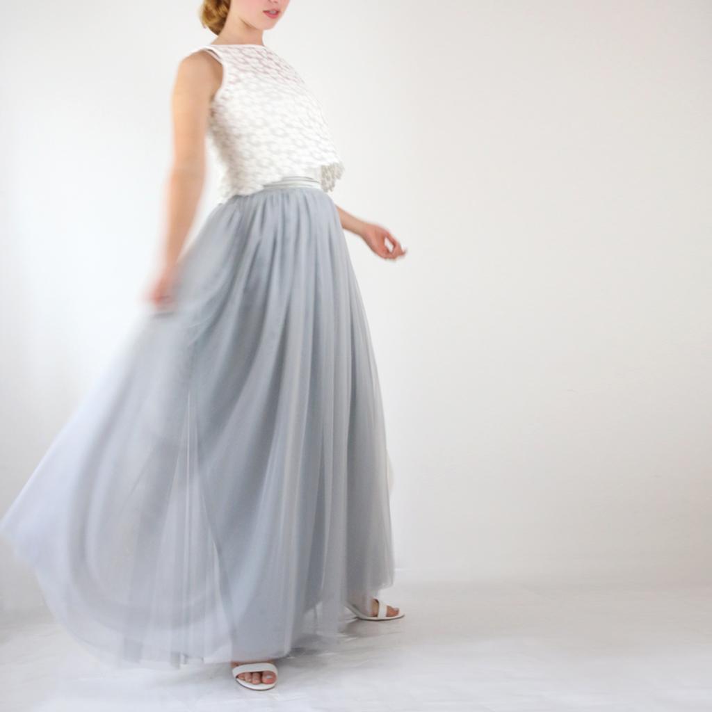 Ein langer Brauttüllrock in taubenblau. Die Brautzweiteiler sind so praktisch in ihren Möglichkeiten. Ein perfektes Brautstyling für die Standesamthochzeit.